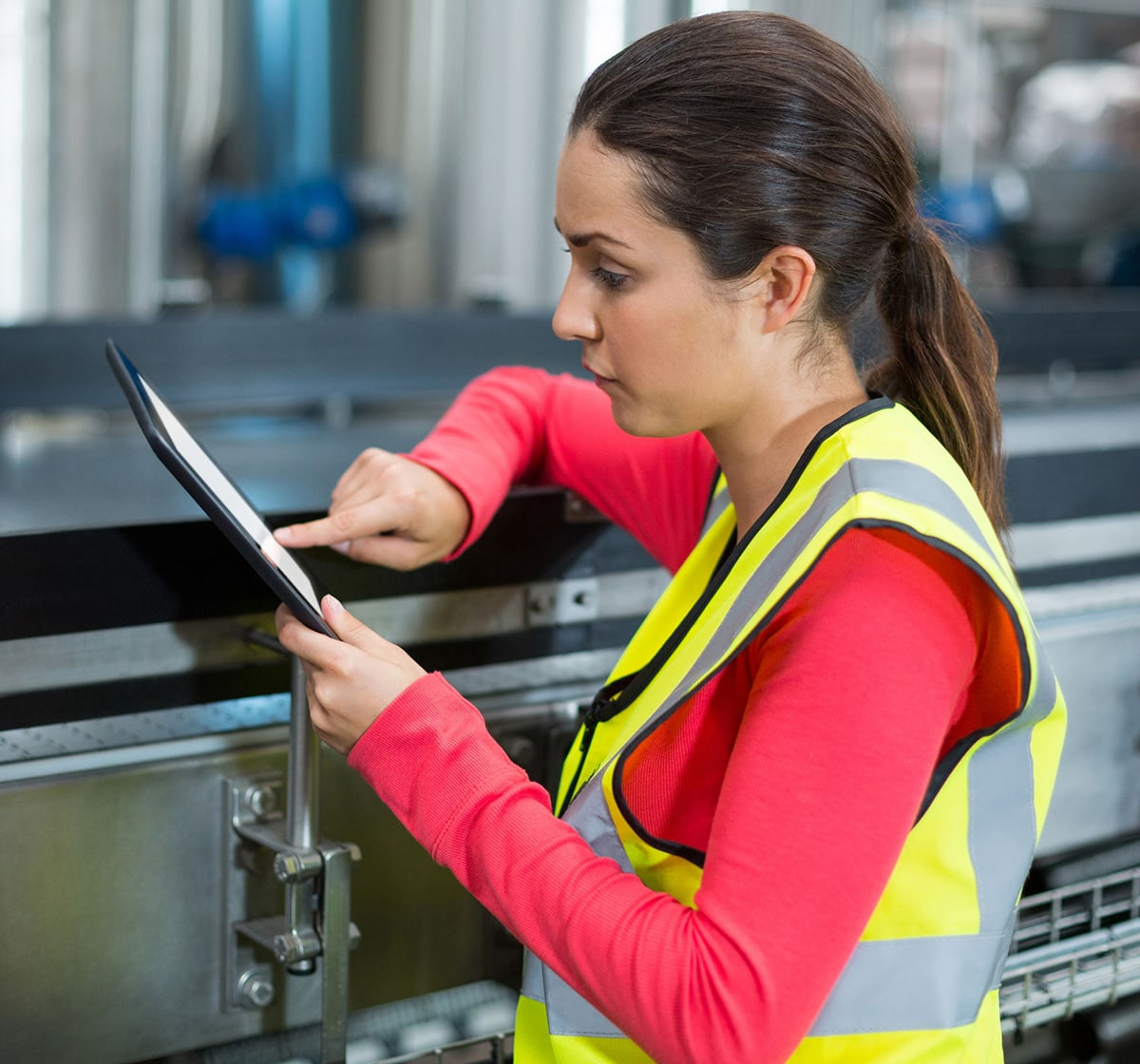 woman maintenance manager on - square 1200 xline 72559730_m